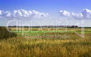 Wege auf Sylt Blick auf den Hindenburgdamm mit einem Autoreisezug