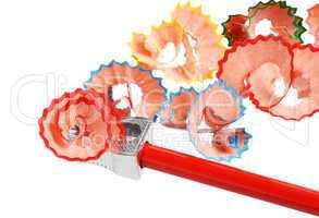 Späne von gespitzten Buntstiften auf weiß