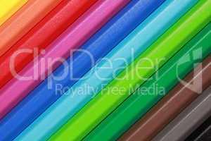 Buntstifte bilden einen Regenbogen