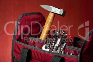 Werkzeugkasten auf Holzbrett