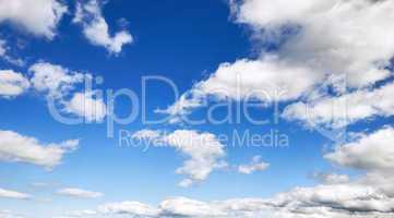 Himmel Hintergrund mit flauschigen Wolken