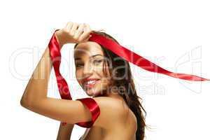glückliche frau spielt mit rotem band