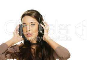 junge frau hört musik und schaut nach oben