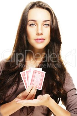 schöne frau präsentiert poker karten