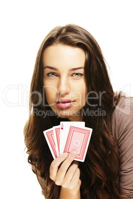 junge frau beim poker spielen