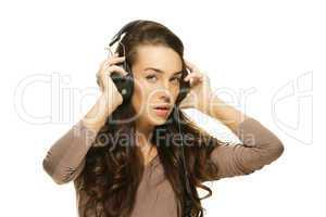 schöne frau hört musik