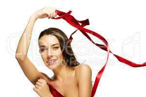 schöne brünette frau mit rotem band