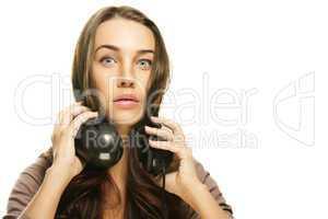 junge frau mit kopfhörern macht grosse augen