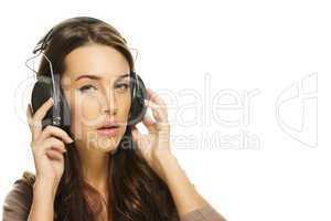 schöne junge frau beim musik hören