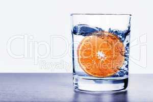 Orange im Wasserglas