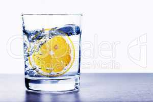 Wasserglas mit Zitrone