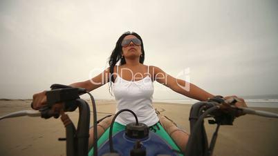 Frau auf Quad am Strand