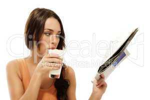 schöne frau liest zeitung und trinkt latte macchiato kaffee