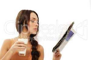 junge frau mit einem glas latte macchiato kaffee liest zeitung