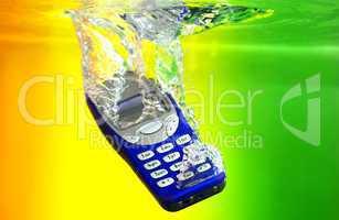 Handy Mobilphone fällt ins Wasser