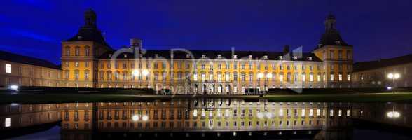Unigebäude in Bonn mit Wasserspiegelung