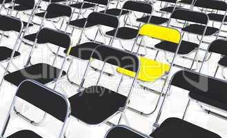 Ein gelber Klappstuhl in der Menge