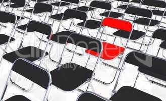 Ein roter Klappstuhl in der Menge