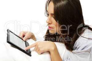nahaufnahme einer frau beim ebook lesen
