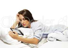 junge frau im bett beim ebook lesen