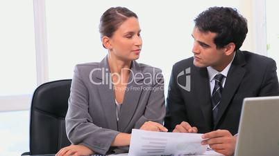 Geschäftspartner besprechen ein Konzept