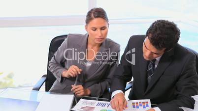 Geschäftspartner am Schreibtisch