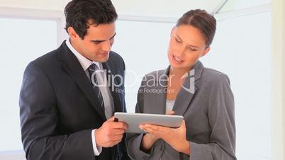 Geschäftspartner mit Tablet