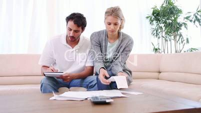 Junges Paar überprüft Rechnungen