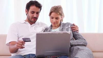 Junges Paar auf dem Sofa