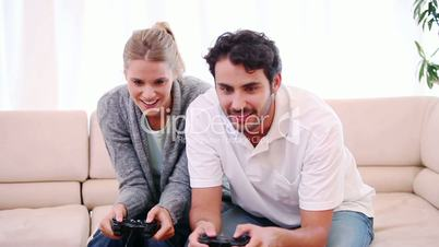 Junges Paar spielt