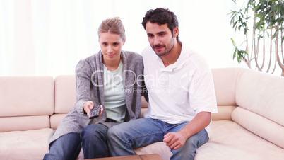 Junges Paar sieht fern