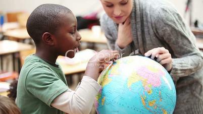 Schüler mit Globus