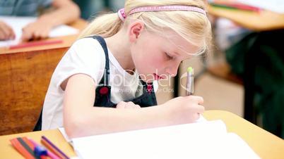 Kind in einer Schulklasse