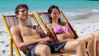 Junges Paar im Liegestuhl