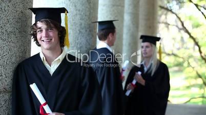 junge Menschen feiern ihren Abschluss