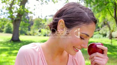 Frau mit einem Apfel