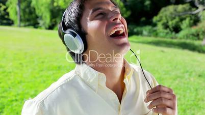 Mann mit dem Kopfhörer