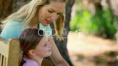 Mutter und Tochter im Park