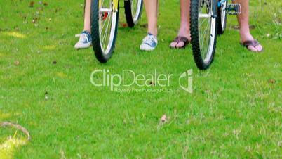 Pärchen auf den Fahrrädern