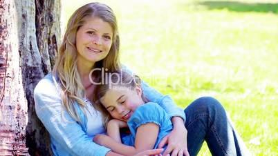 Mutter und Tochter unter dem Baum