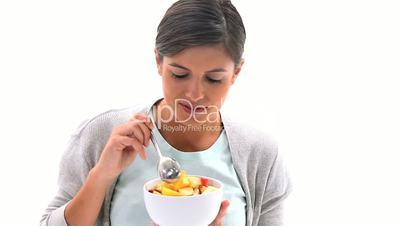 Frau isst einen Obstsalat