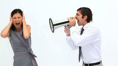 Mann mit Megafon redet mit der Frau