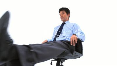 Mann auf Bürostuhl
