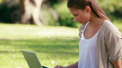 Frau mit Computer in einem Park