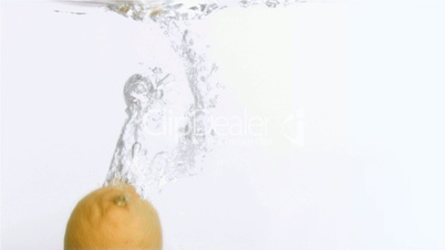 Zitrone fällt ins Wasser