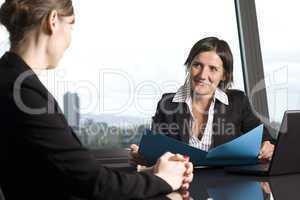 Bankberater mit Kunden