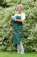 Seniorin bei der Gartenarbeit