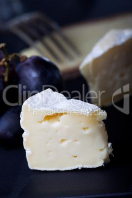 Schweizer Käse mit Trauben und Wein
