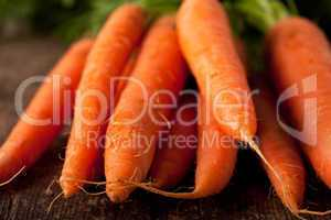 Bund Karotten auf einem Holzbrett