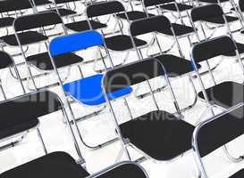 Ein blauer Klappstuhl in der Menge 2